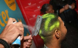 Man getting his hair spray painted for CANSA shavathon